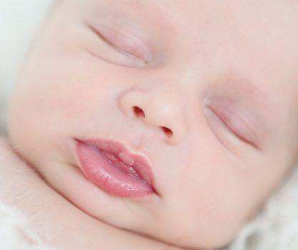 Newbronfotografie van een baby tussen de 8 en 14 dagen oud, pure, lichte fotografie, oog voor details